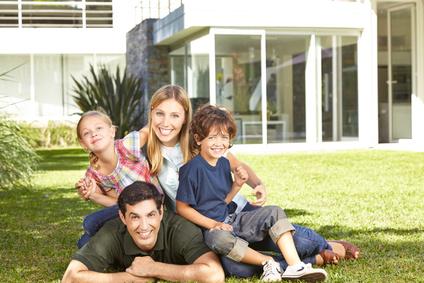Familie mit zwei Kindern im Garten