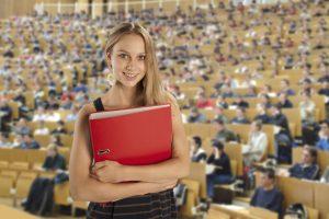 Studentin im Hörsaal einer Universität
