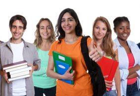Lachende trkische Studentin mit internationalen Studenten